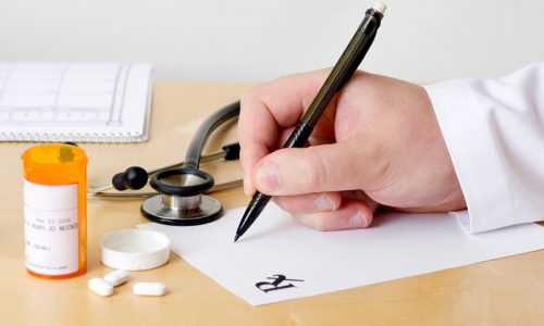 Как лечить грыжу, по какой схеме принимать лекарства и в какой дозировке, должен определять только врач