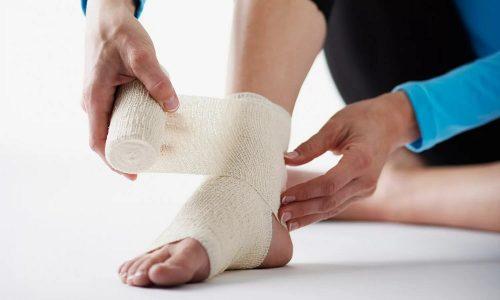 Еще одно осложнение - образование тромбов. Чтобы предотвратить их появление, пациенту забинтовывают ноги, даже если нет варикоза