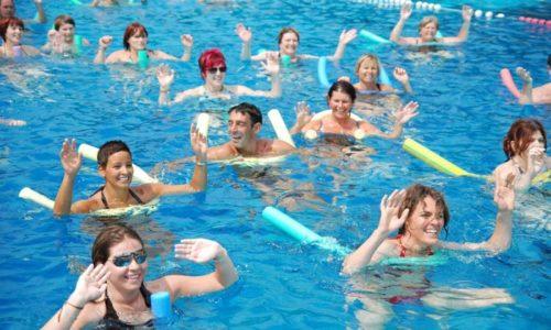 Плавание при грыже позвоночника рекомендуется дополнить аквааэробикой. В бассейне человек может выполнять такие виды упражнений, которые слишком рискованно делать на суше
