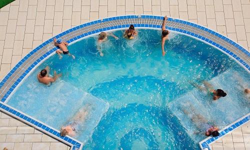Вдвойне полезен бассейн, оснащенный гидромассажем