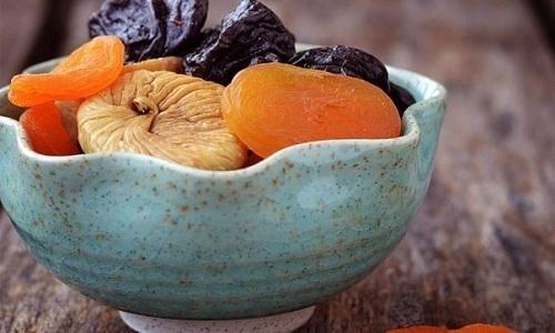 Для укрепления позвоночника при грыже следует применять смесь сухофруктов — чернослив, курагу и инжир
