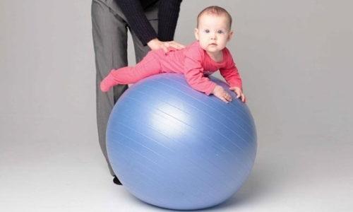 Специалисты рекомендуют использовать при выполнении упражнений массажный мяч
