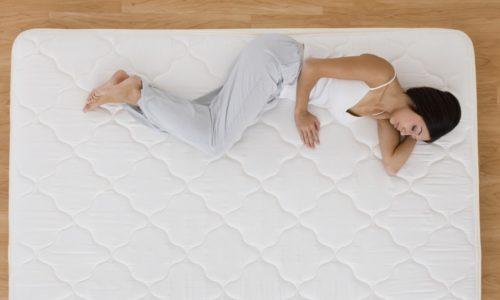 Чтобы избежать возникновения грыжи, рекомендуется спать на полужестком матрасе