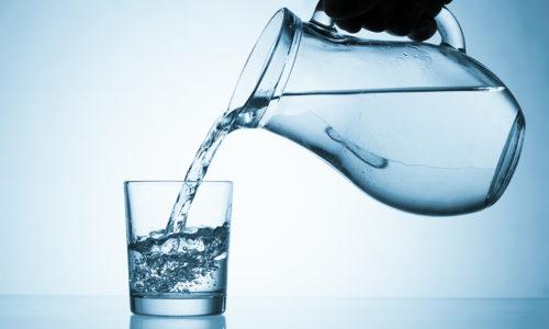 После оперативного лечения грыжи больному запрещено есть в течение суток. Разрешено пить простую воду, но не более 1-1,5 стакана за день