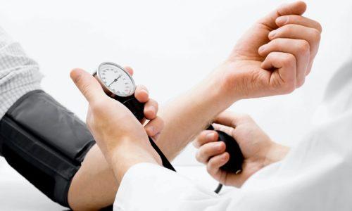 К симптомам, указывающим на развитие опасных для жизни нарушений на фоне ущемления грыжи, относятся резкие скачки артериального давления
