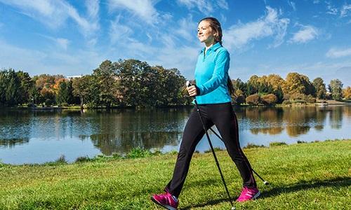 Ходьба со специальными палками снижает нагрузку на нижнюю часть тела