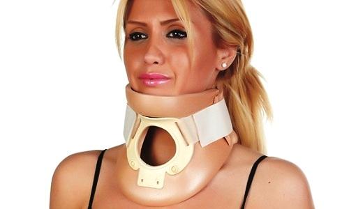 Ортопедический воротник рекомендуется применять в период обострения, когда болевые ощущения непереносимые и появилась скованность движений