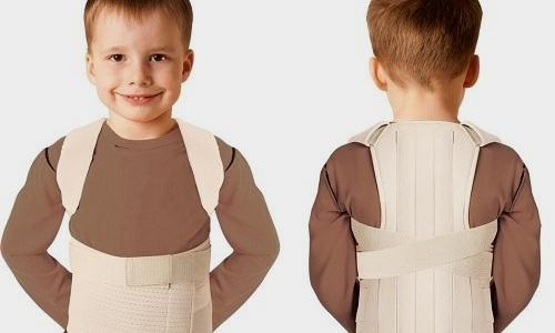 На начальных этапах выпячивания могут назначают мягкие или полужесткие корсеты. Для детей подбирают специальные ортезы