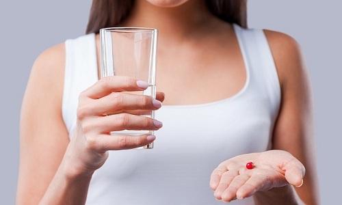Во время обострения назначается только медикаментозное лечение, которое включает прием обезболивающих