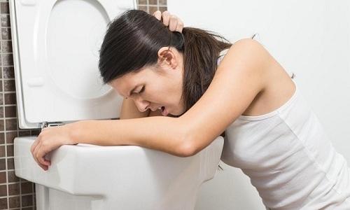 Ущемление петель кишечника проявляется копростазом и кишечной непроходимостью, которые сопровождаются рвотой