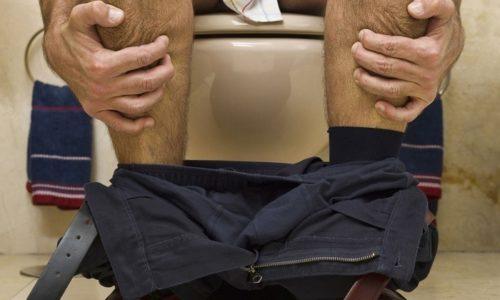 Первоначальный дискомфорт при любой физической активности позже сменяется тянущей болью и запорами