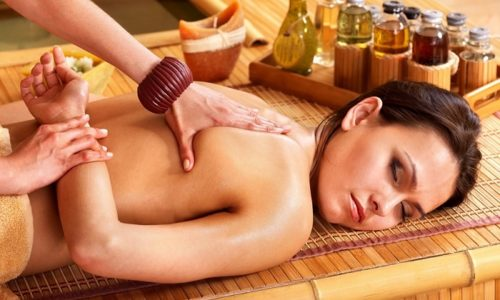 В классическом тайском массаже присутствуют движения, напоминающие элементы йоги. Порядок их выполнения может быть разным