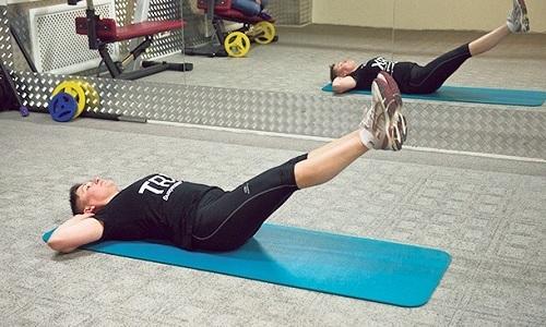 Можно выполнять базовые упражнения из методики Бубновского. Например, поочередно поднимайте к голове прямые ноги