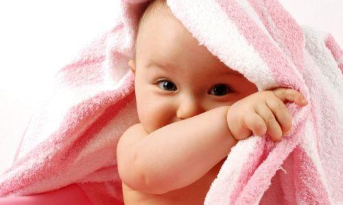 Надевать бандаж грудничку нужно только на сухую и очищенную кожу